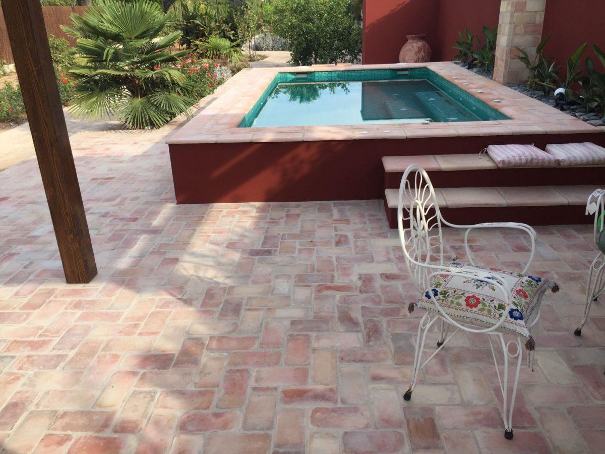 Vista lateral piscina construida